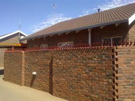 2 Bedroom Townhouse to rent in Rhodesdene - Kimberley