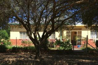 This Well Constructed, 4 bedroom, 2 bathroom home has wooden floors throughout, a strong borehole and plenty of Extras!  An Office / ...