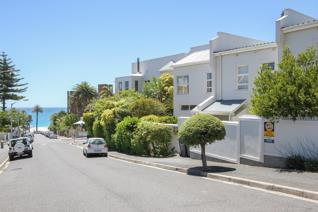 Unfurnished three bedroom townhouse in the village and walking distance to the beach and restaurants. Open plan lounge, dining room and ...