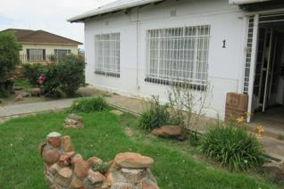 This is a lovely 3 bedroom house with extra spare room. Living and dining room combined ...