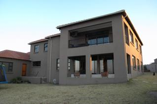 This double storey  property is situated in Heidelberg, Berg e Dal