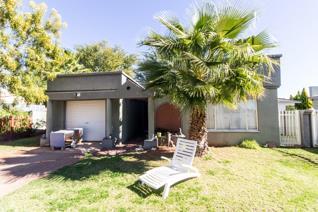 1 Bedroom house with 1 en-suite bathroom in Keidebees. Single garage. Very spacious. ...