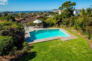 FRESH, MODERN AND WELCOMING WITH GREAT VIEWS  SOLE MANDATE  This modern home is situated ...