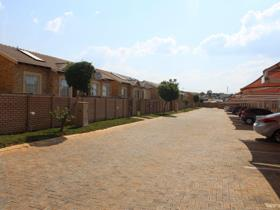 2 Bedroom Townhouse to rent in Rua Vista - Centurion
