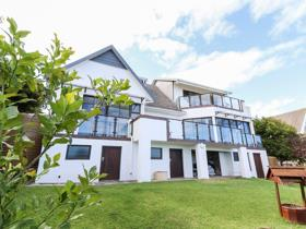 4 Bedroom House for sale in Cove Rock - East London