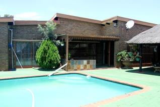 3 Bedroom House for sale in Helikonpark - Randfontein