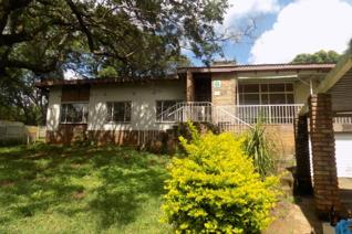 This lovely family home in Modjadjiskloof is built on a very large stand. Featuring flowing living areas as well as 3 bedrooms and 2 ...