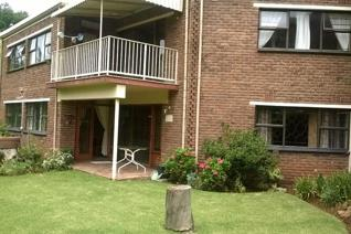 Popular complex facebrick very neat townhouse. Tiled living areas. 2 Bathroom plus guest bathroom. Fully equipped , solid wood kitchen ...