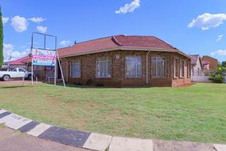 Lovely home for lease in Lenasia South, Johannesburg !! Ideal for business premises ...