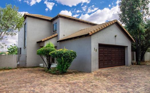 3 Bedroom Townhouse for sale in Kyalami Hills