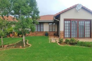 Baie gewilde eenheid met dubbel motorhuis in Zambezi Aftree Oord te huur.  Ruim oopplan sitkamer en eetkamer, 2 slaapkamer, 2 badkamer ...