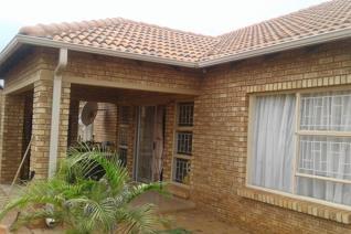 3 Bedroom Townhouse for sale in Karenpark - Akasia