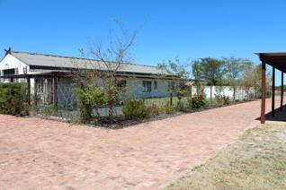 Stunning rental available on a 43-hectare lifestyle estate, 25km from Malmesbury in prime horse country!  House A has 3 bedrooms and 2 ...