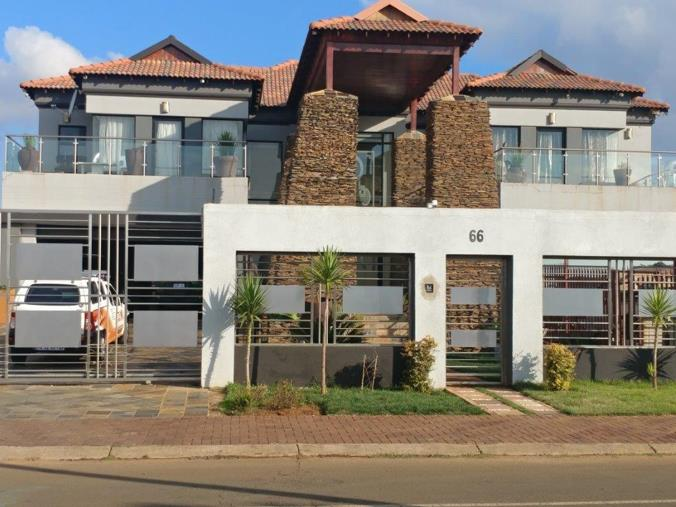8 Bedroom House for sale in Lenasia Ext 10 - P24-107439494