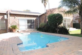 5 Bedroom House for sale in Little Falls - Roodepoort