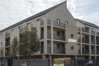 We a cosy bachelor apartment available for immediate occupation within the Clarendon Mews complex in Parow  This unit features; Fully ...