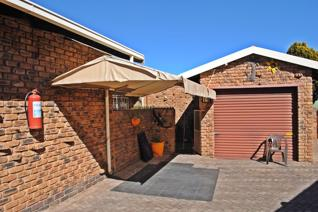 This secure facebrick unit in a well know and established area in Krugersdorp offers 2 ...
