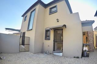This modern three bedroom townhouse is situated in Jordaanpark in a secure complex. ...