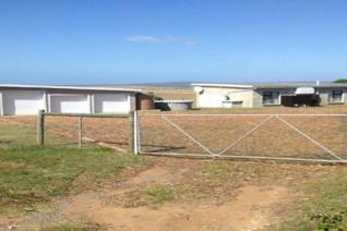 Immaculately maintained 9,2ha smallholding just outside Vleesbaai with olive trees. The ...