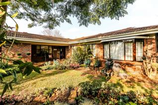 Set in a leafy secure complex, charismatic 4 bedroom home in great condition with a fabulous outdoor entertainment area and manicured ...