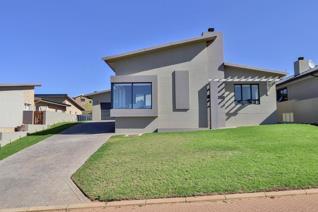 Harcourts Hartenbos bied met trots aan die   240m²  moderne huis met geen trappe. ...