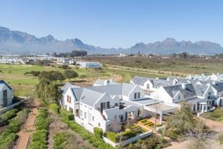 Located in De Zalze the Six Bedroom Family Home boasts with impressive manicured gardens, superb views and an unbeatable authentic ...
