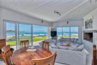 Hear, see and breathe the ocean..... Situated in the most sought-after area in Agulhas, at the Soldatepoel.  With its uninterrupted sea ...