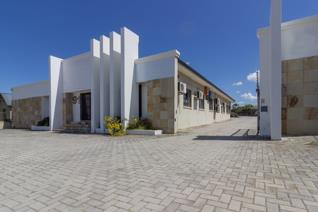 Over 520sqm of neat and spacious office situated between 4th and 5th Avenue, Walmer. The ...
