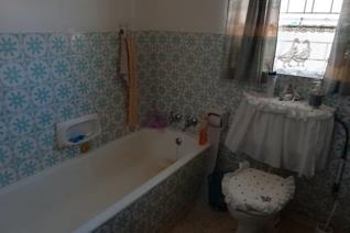 Netjiese 3 slaapkamers, 2 badkamers, kombuis met sit/eetkamer.