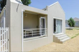 Cosy and  cute 2 Bedroom House in Oude Chardonnay Lifestyle Estate.   This Town House ...