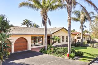 This lovely family house is ideally located in the popular neighbourhood of Oak Glen in ...