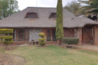 This thatched townhouse is just the right medicine to cure a tired body over week-ends. Situated just outside Orkney Vaal but with ...