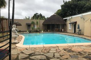 This very large and spacious home is situated on a 2946 sqm stand in the small town of Paulpietersburg.  This is a combo deal ...