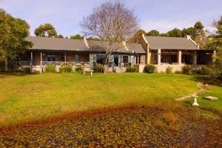 Beautiful views over the Outeniqua Mountains and Natural Forests!  A beautifully appointed estate situated in the heart of the Garden ...