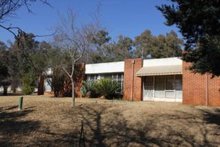 This 2.75 hectare small holding located off the R82 in Tedderfield offers 2 homes. The main house comprises of lounge/dining room ...
