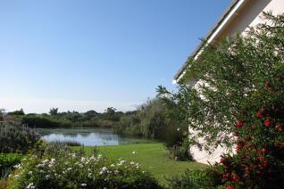 Delightful sunny north facing cottage overlooking the dam with beautiful mountain views. ...