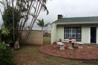 Neat and tidy... this 3 bedroom home is close to all local schools, free-way, shops and malls. 3 Bedroom, 2 bathrooms, lounge, dining ...