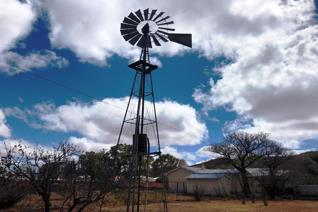 Yes you can have your own working windmill with a large concrete dam! This charming Karoo cottage has loads of potential and besides ...