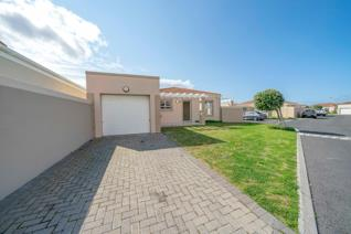 Secure living at its best on one of the larger erf sizes (279 sqm) in South Break Security Estate!  large open-plan kitchen perfect for ...