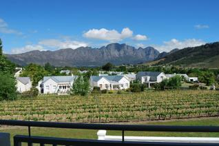 Stunning 2 bedroom apartment, fully furnished & complete - move straight in!  Wonderful views over the vineyards and the ...