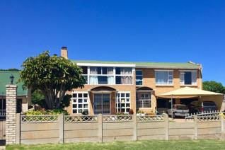 We proudly offer you this spacious family home in the quiet West Coast town of ...