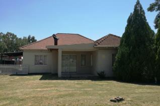 This sectional title property offers the following:  House with a monthly levy of around R990 pm;  lounge, dining room, 3 bedrooms, 1 ...