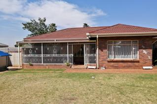 This lovely property in Casseldale close to schools, Springs Mall and N17 highway offers the following:   3 Bedrooms 2 Living areas. ...