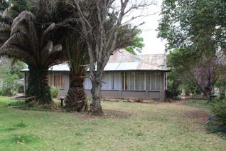 Old house with 2 pressed steel ceilings - 3 bedrooms with 2 bathrooms, located in the historical town of Machadodorp