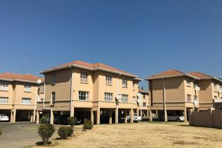 A family friendly 3 bedroom 2 bathroom apartment situated 2 minutes from the Vaal River. ...