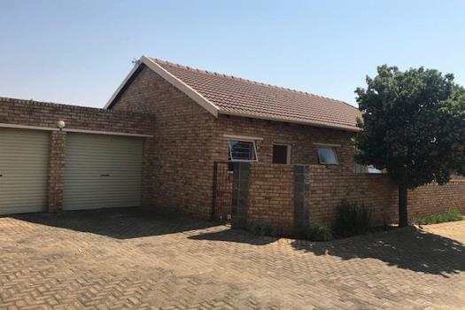 3 Bedroom Townhouse for sale in Heuwelsig Estate