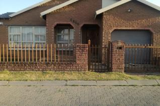 This semi facebrick house is well maintained and ready for the new owner to move in. A welcoming entrance into the dining and lounge ...
