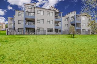 This apartment has a prime position in the popular Place de Tetre complex in Honeydew ...