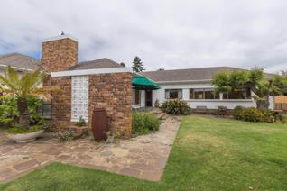 Lovely spacious family home in the heart of milnerton!  Entering the spacious entrance area, one turns left to a modern kitchen with ...