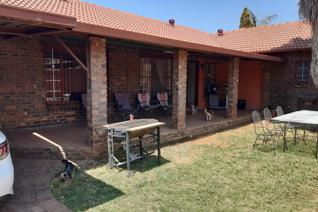 5 Bedroom Full-title House in a Security Complex, (Granny flat included) Montana Gardens, R 1 700 000 This 5 Bedroom house consists of ...
